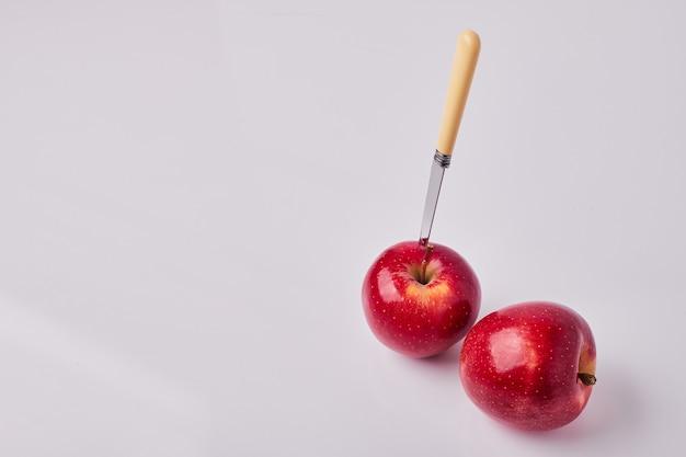 Rode appels met een mes erop Gratis Foto