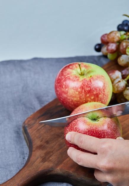 Rode appels snijden op het houten bord. Gratis Foto
