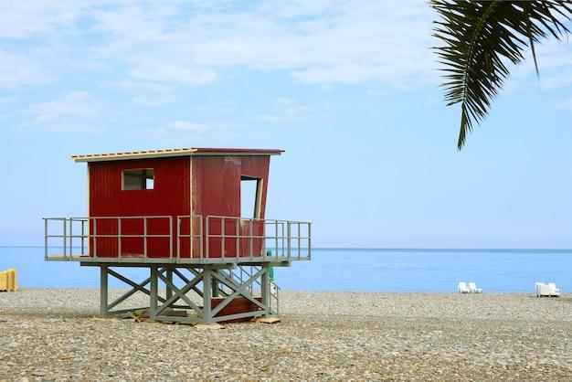 Rode badmeesterhut op het lege strand Premium Foto