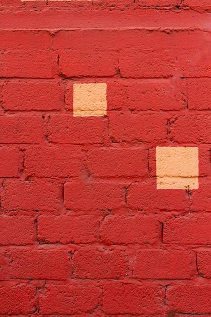 Rode bakstenen muur met gele vlekken Premium Foto