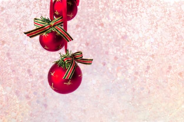 Rode ballen op onscherpe achtergrond van kerstmis met lichten bokeh. Premium Foto