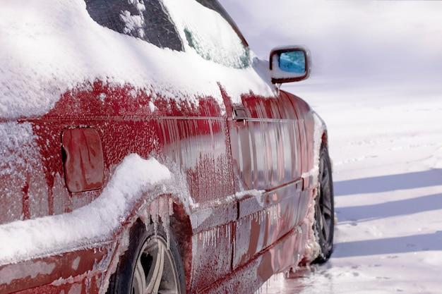 Rode bevroren auto Premium Foto
