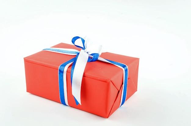 Rode, blauwe en witte geschenkdozen met linten op een witte achtergrond Premium Foto