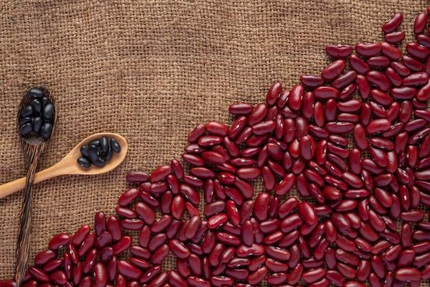 Rode bonenpasta op bruine houten vloer. Gratis Foto