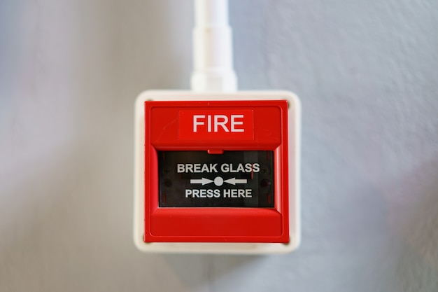 Rode brandalarmdoos op witte achtergrond. Premium Foto