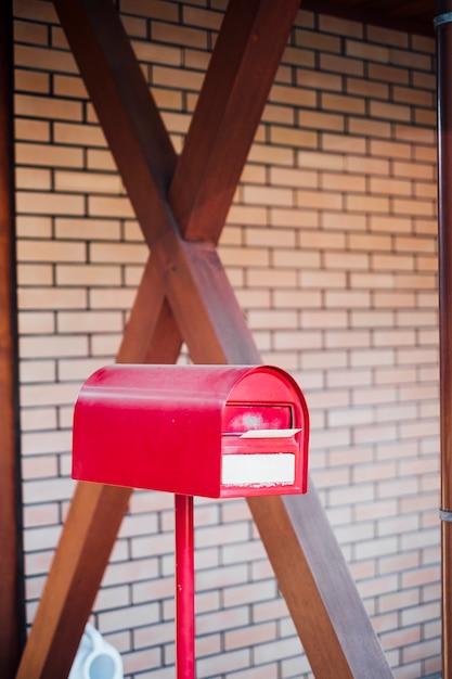 Rode brievenbus brievenbus en brief binnen Gratis Foto