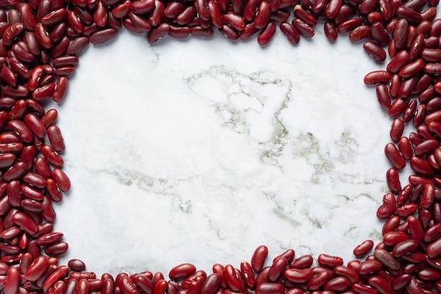 Rode bruine bonen plaats op witte marmeren achtergrond Gratis Foto