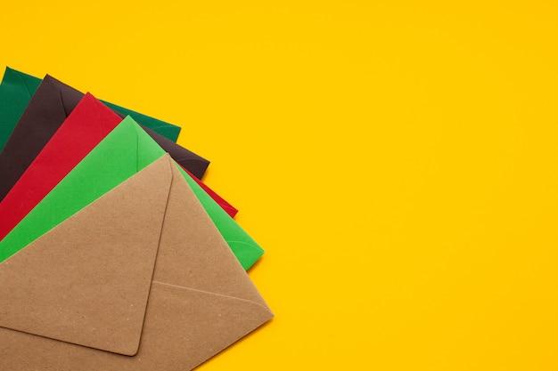 Rode, bruine, groene envelop, met copyspace, bovenaanzicht Premium Foto