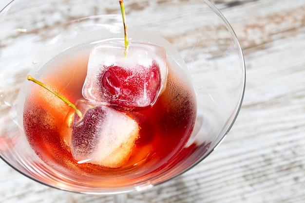 Rode cocktail met crerries macro Premium Foto