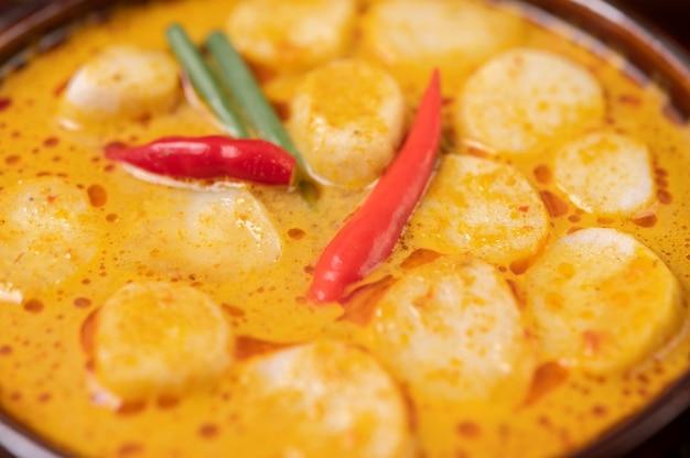 Rode curry gehaktballetjes met chili en lente-uitjes in een kom Gratis Foto