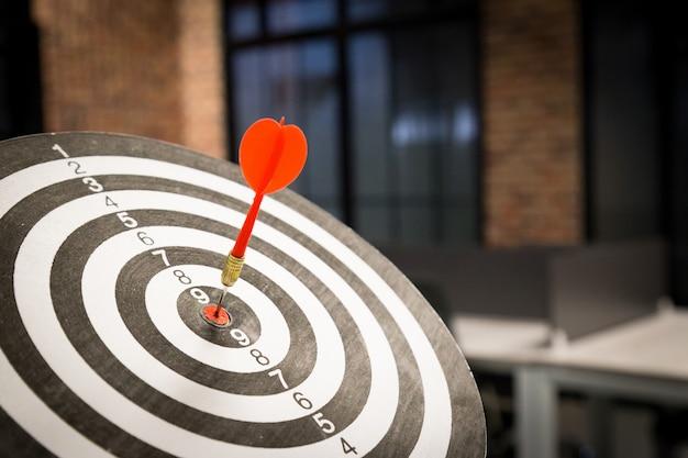 Rode dartpijl die in het doelcentrum raakt. Premium Foto