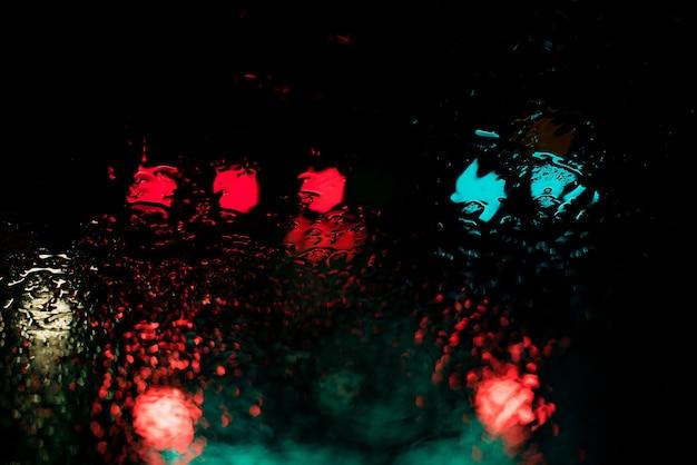 Rode en blauwe lichten die 's nachts door het water weerspiegelen Gratis Foto