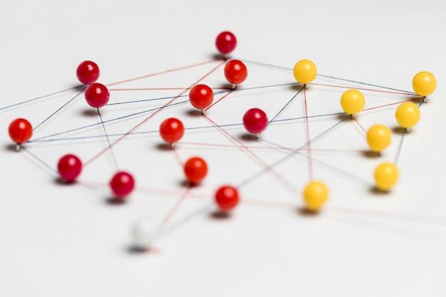 Rode en gele pushpins met draad voor routekaart Gratis Foto