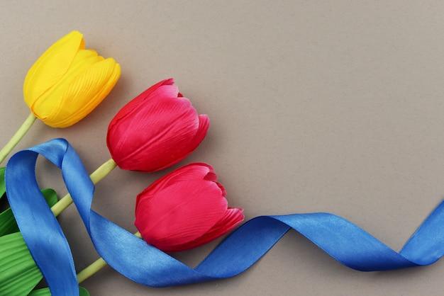 Rode en gele tulpenbloemen Premium Foto