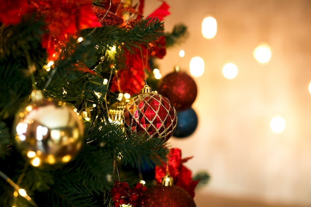 Rode en gouden kerstballen kerstballen in klassieke kleuren. Premium Foto