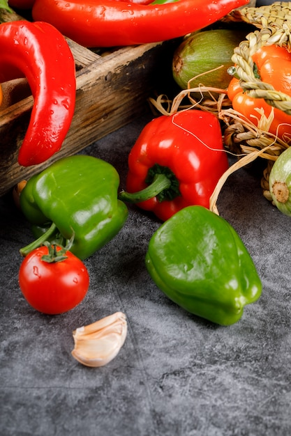 Rode en groene paprika's op een rustieke achtergrond. Gratis Foto