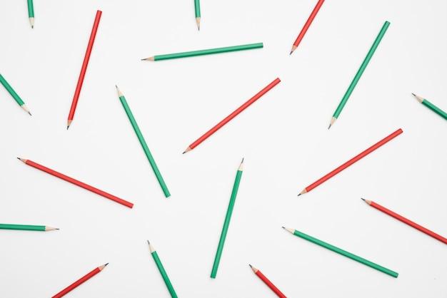 Rode en groene potloden op witte achtergrond Gratis Foto