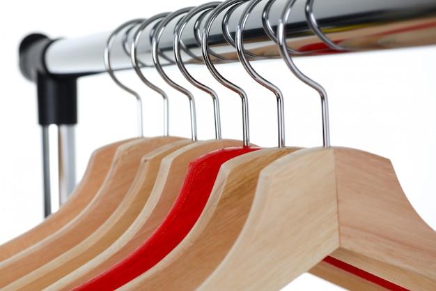 Rode en houten hanger hangen op metaal Premium Foto