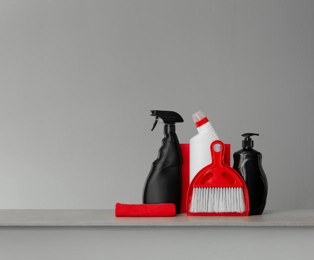 Rode en zwarte reinigingsset - schep en bezem, doeken, toiletwasmiddel, afwasmiddel en spray Premium Foto