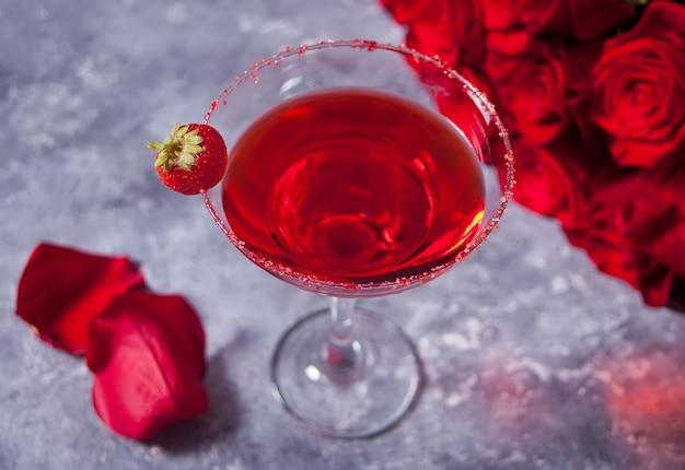 Rode exotische alcoholische cocktail in helder glas Premium Foto