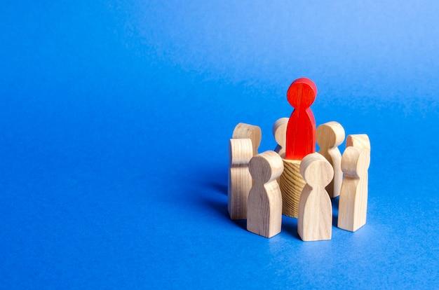 Rode figuur van de leider in het midden van de cirkel van mensen. Premium Foto