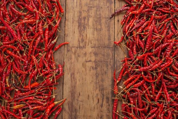 Rode gedroogde pepers die op de plank worden gestapeld. Gratis Foto