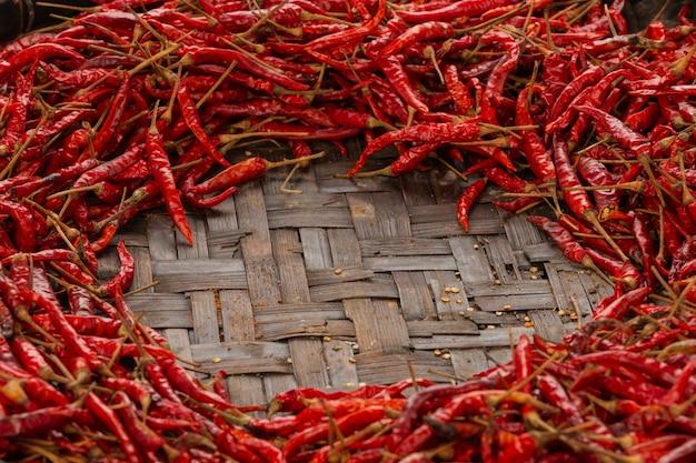 Rode gedroogde pepers geplaatst op de ruimte op het weefsel. Gratis Foto