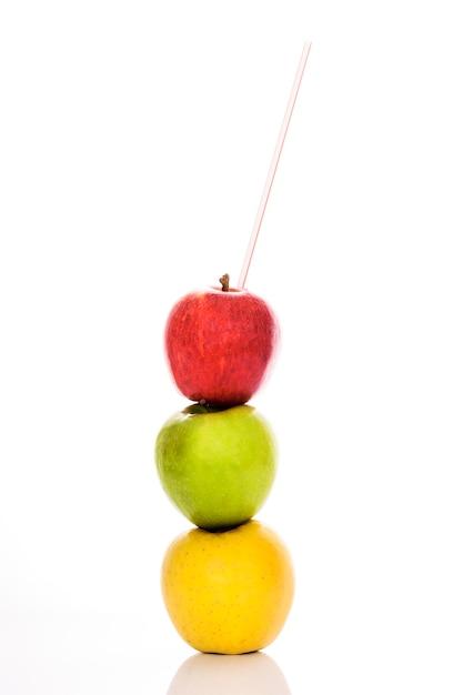 Rode, gele en groene appels met stro Gratis Foto