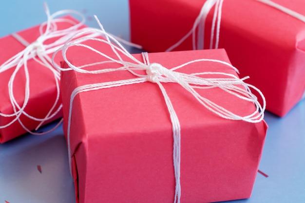 Rode geschenk boxesclose omhoog op blauwe achtergrond Premium Foto