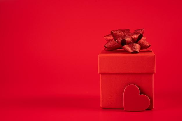 Rode geschenkdoos met hart Premium Foto