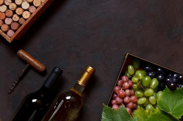 Rode, groene en blauwe druiven met bladeren in metalen doos Premium Foto