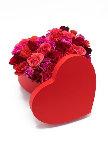 Rode hartdoos gevuld met rozen Premium Foto