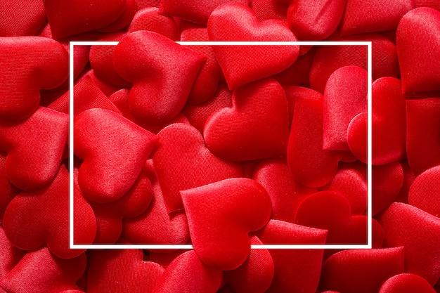 Rode hartenoppervlakte met vierkant kader voor valentijnskaartendag Premium Foto