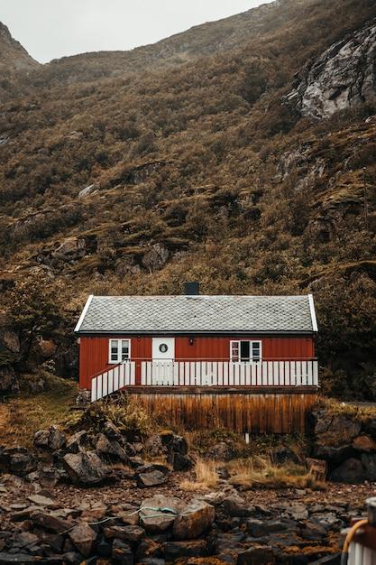 Rode hut in de buurt van bergen en rotsen Gratis Foto