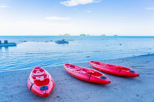 Rode kajak op de tropische strandzee en oceaan Gratis Foto