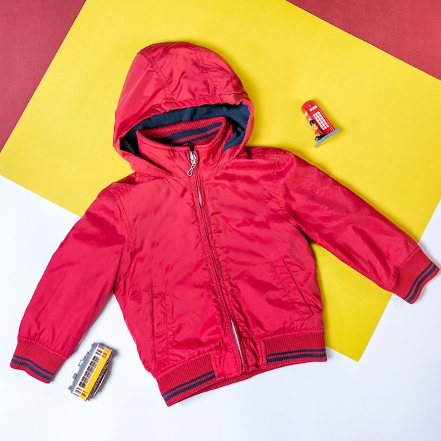 Rode kap jas geïsoleerd bovenaanzicht Premium Foto