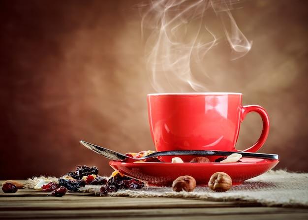 Rode keramische kop met warme koffie. Premium Foto