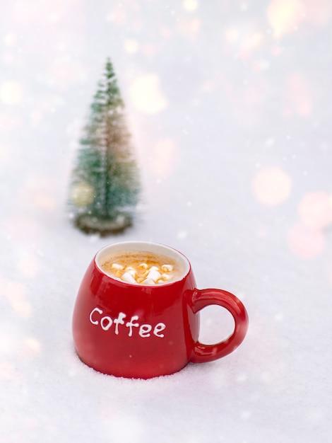 Rode keramische mok met koffie en marshmallows Premium Foto