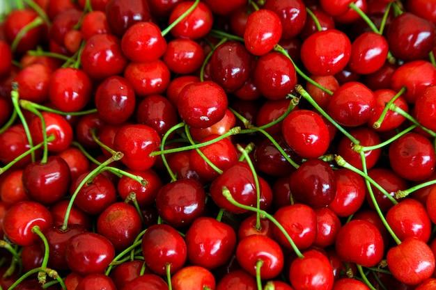 Rode kersen met groene stengels, bovenaanzicht Gratis Foto