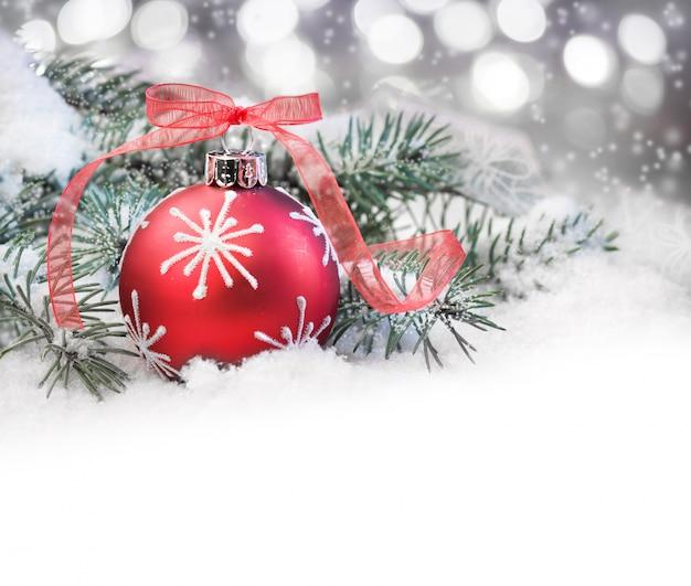 Rode kerstbal en een bijschrift Premium Foto