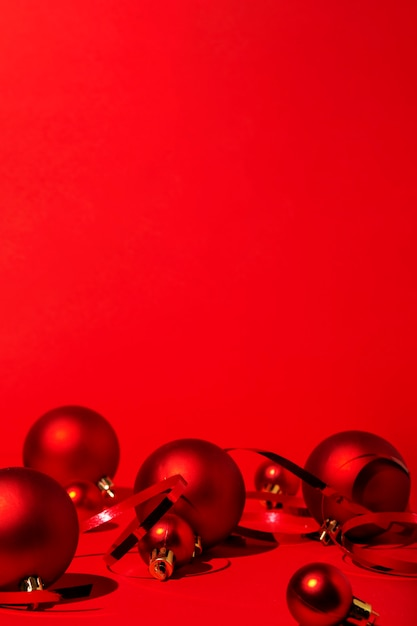 Rode kerstmis op rode achtergrond Gratis Foto