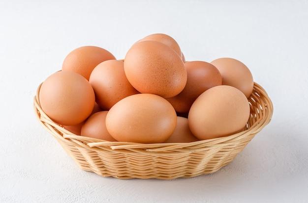 Rode kippeneieren in een mand Premium Foto
