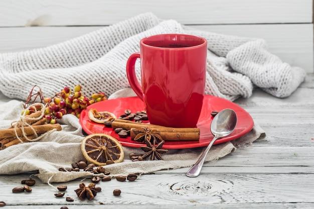 Rode koffiekopje op een plaat, houten muur, drank Gratis Foto