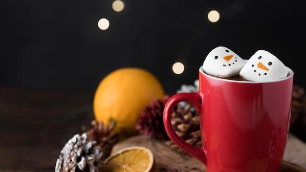 Rode kop warme chocolademelk met marshmallows met kopie ruimte Premium Foto