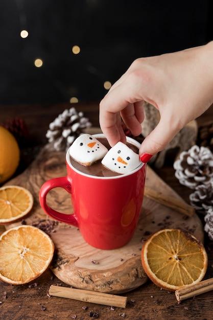 Rode kop warme chocolademelk met marshmallows Gratis Foto