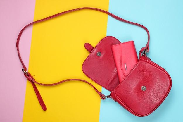 Rode lederen tas met tas op pastel gekleurde achtergrond. Premium Foto