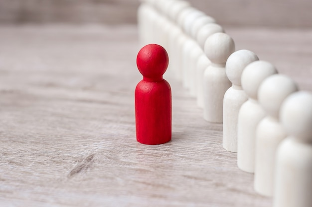 Rode leiderszakenman met menigte van houten mensen. leiderschap, business, team, teamwork en human resource management Premium Foto