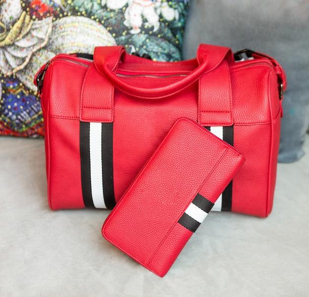 Rode man handtas en portemonnee geïsoleerd Premium Foto