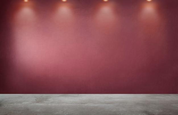 Rode muur met een rij van schijnwerpers in een lege ruimte Gratis Foto