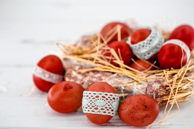 Rode paaseieren in een nest van hooi Premium Foto